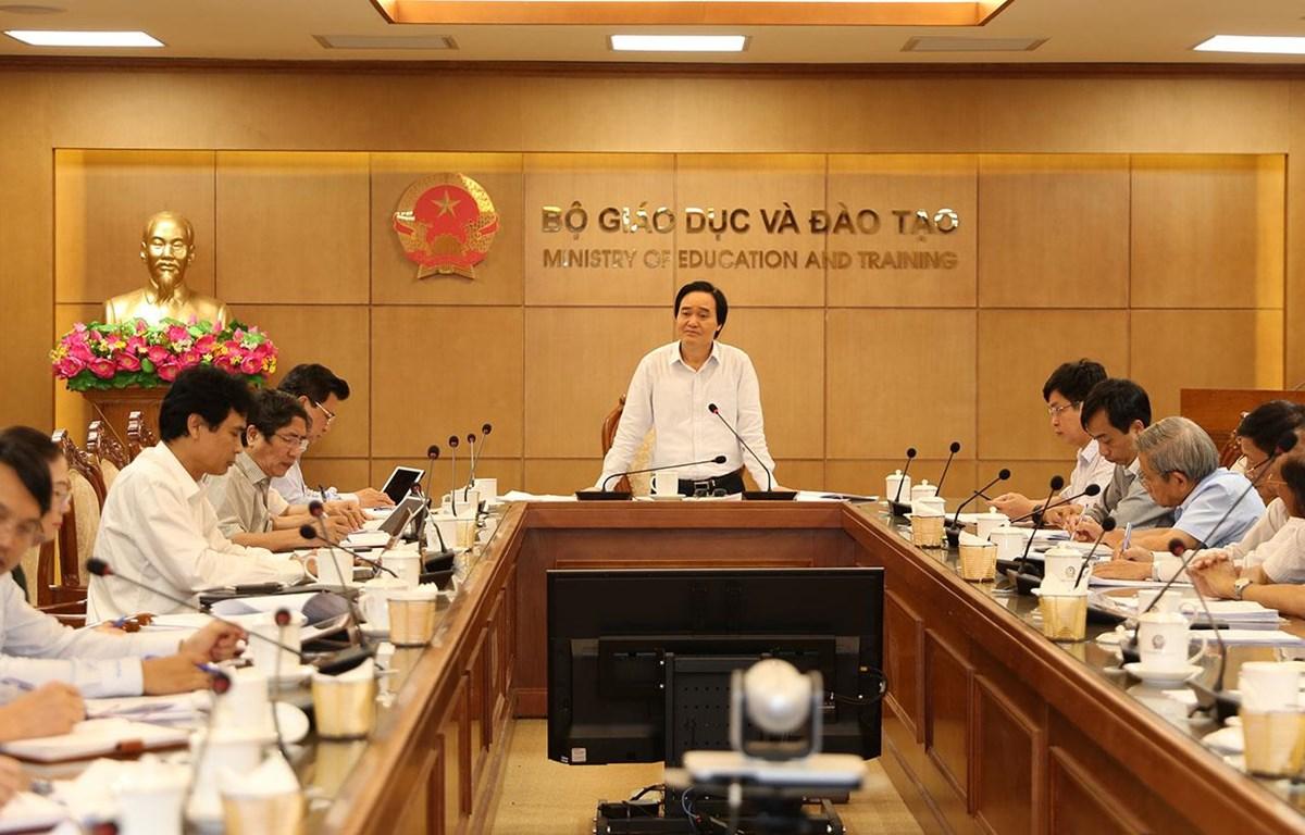 Bộ trưởng Phùng Xuân Nhạ chủ trì buổi làm việc về thẩm định sách giáo khoa. (Ảnh: PV/Vietnam+)