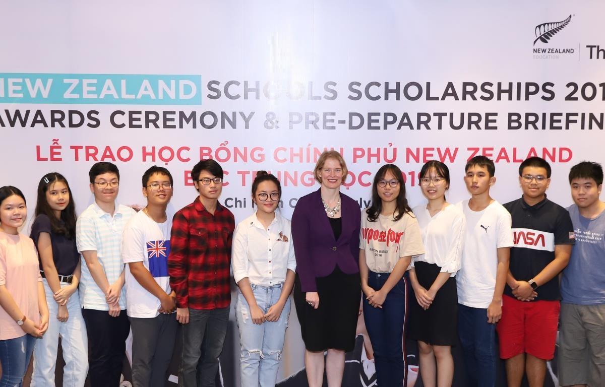 Các học sinh nhận Học bổng New Zealand Schools. (Ảnh: PV/Vietnam+)