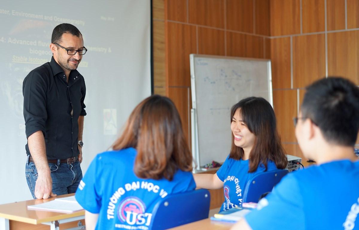 Giờ học của giảng viên và sinh viên Đại học Việt Pháp. (Ảnh: PV/Vietnam+)