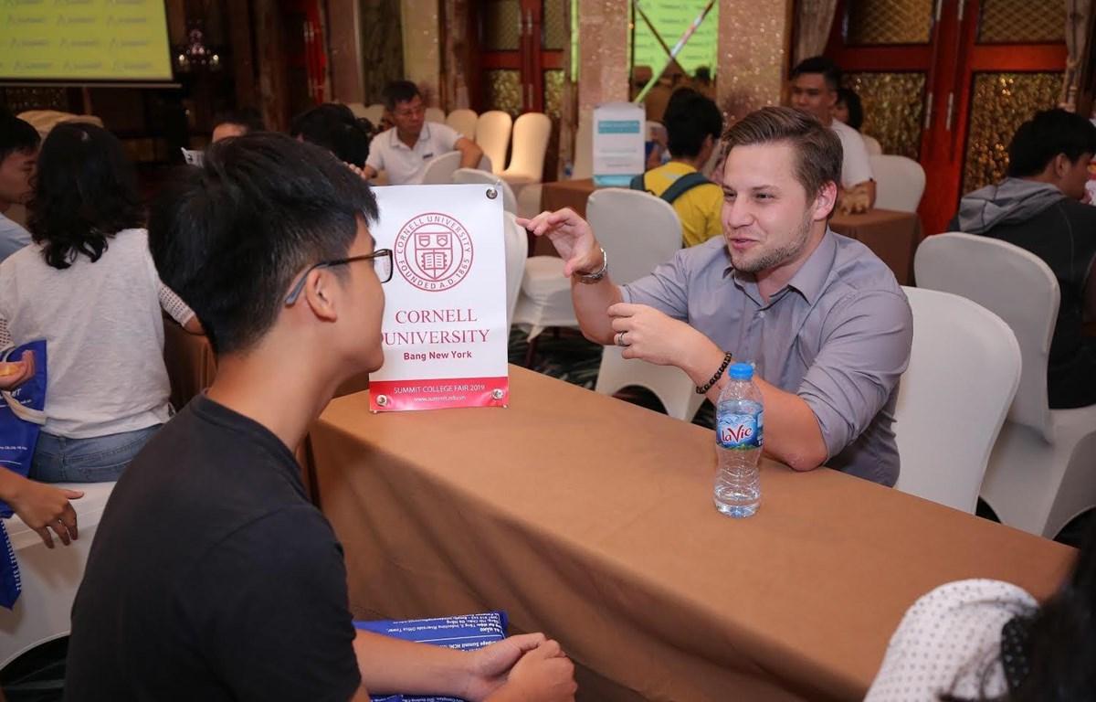 Theo thầy Daniel Friesen tư vấn cho học sinh để chuẩn bị hồ sơ du học. (Ảnh: PV/Vietnam+)