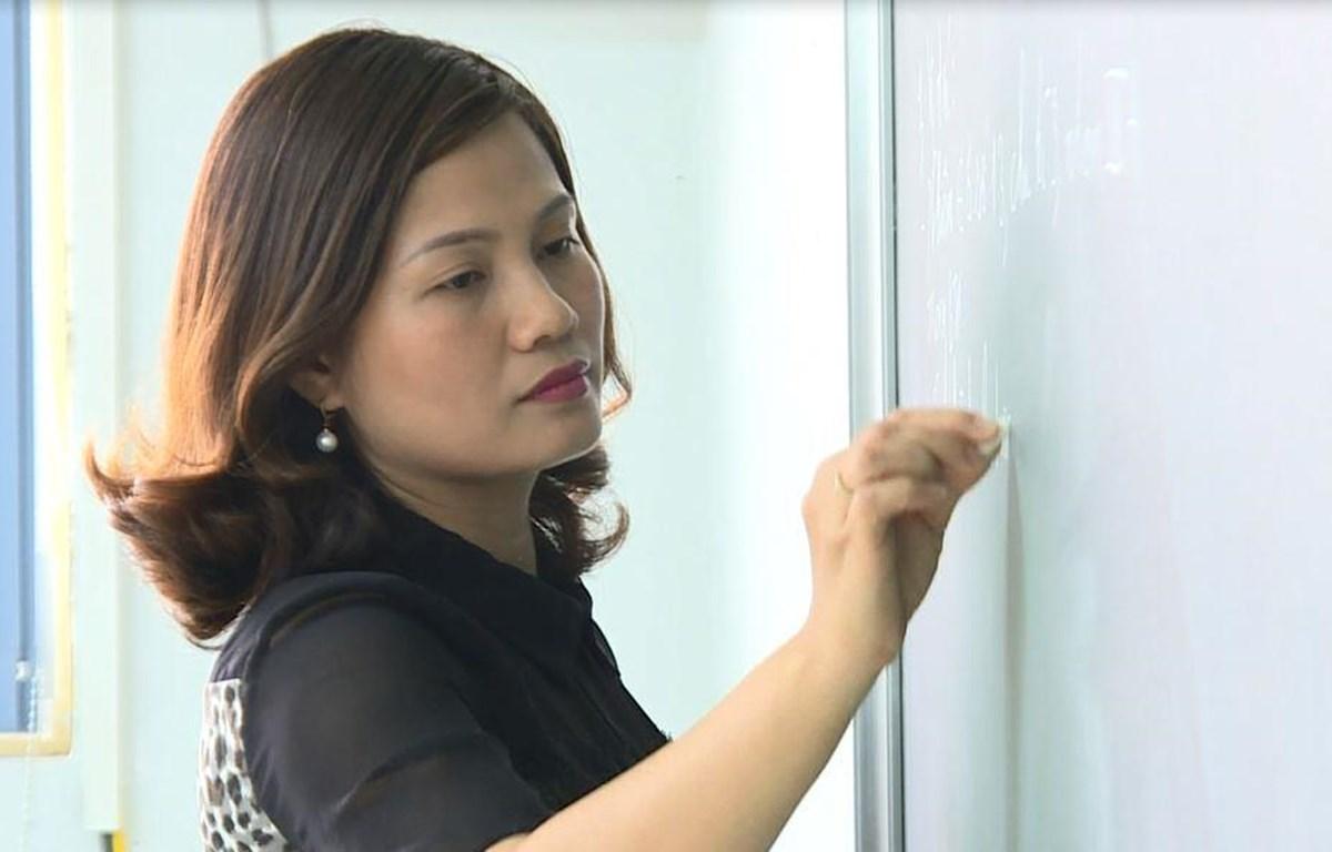 Giáo viên trường Trung học phổ thông Phúc Lợi, Hà Nội, trong giờ dạy. (Ảnh: Phạm Mai/Vietnam+)