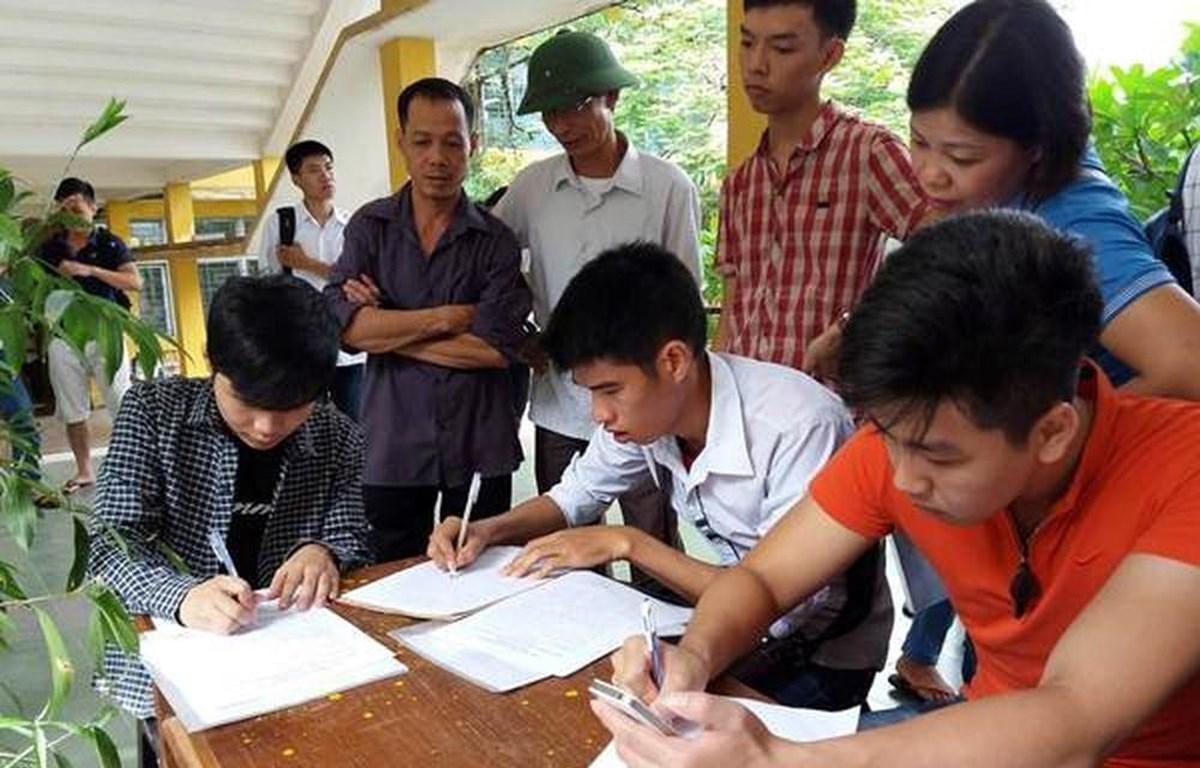 Thí sinh làm hồ sơ xét tuyển vào Đại học Bách khoa Hà Nội. (Ảnh: Phạm Mai/Vietnam+)