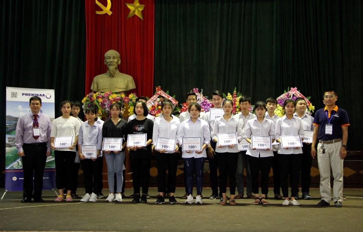 Sinh viên Đại học Phenikaa nhận học bổng. (Ảnh: PV/Vietnam+)