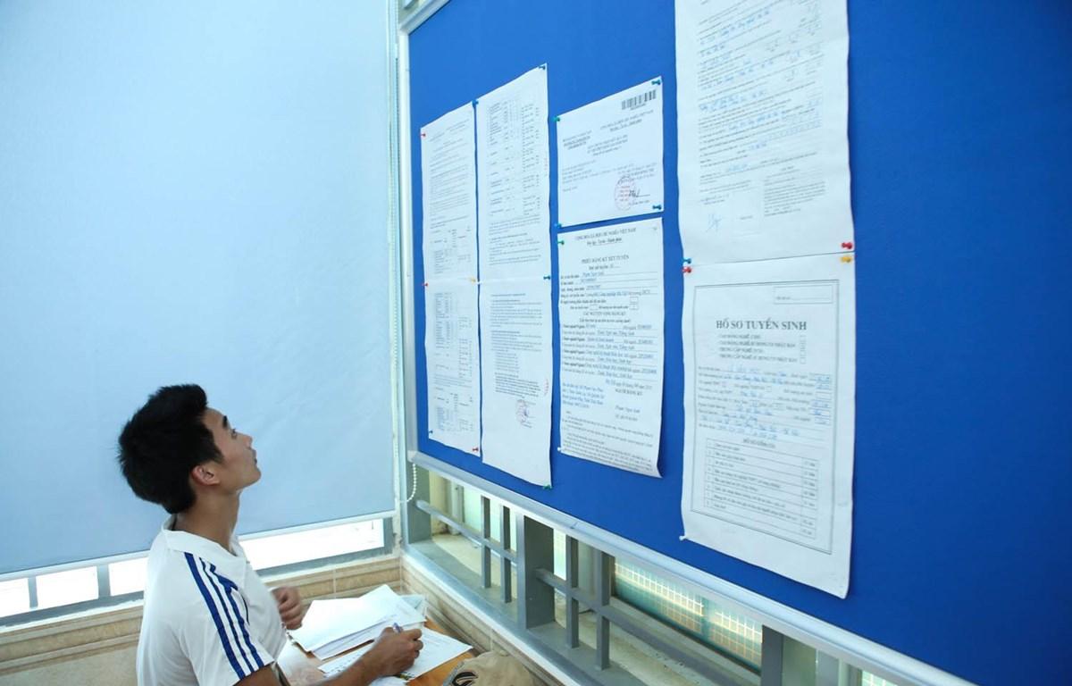Thí sinh tìm hiểu thông tin trước khi làm hồ sơ xét tuyển tại Đại học Công nghiệp Hà Nội. (Ảnh: Minh Sơn/Vietnam+)