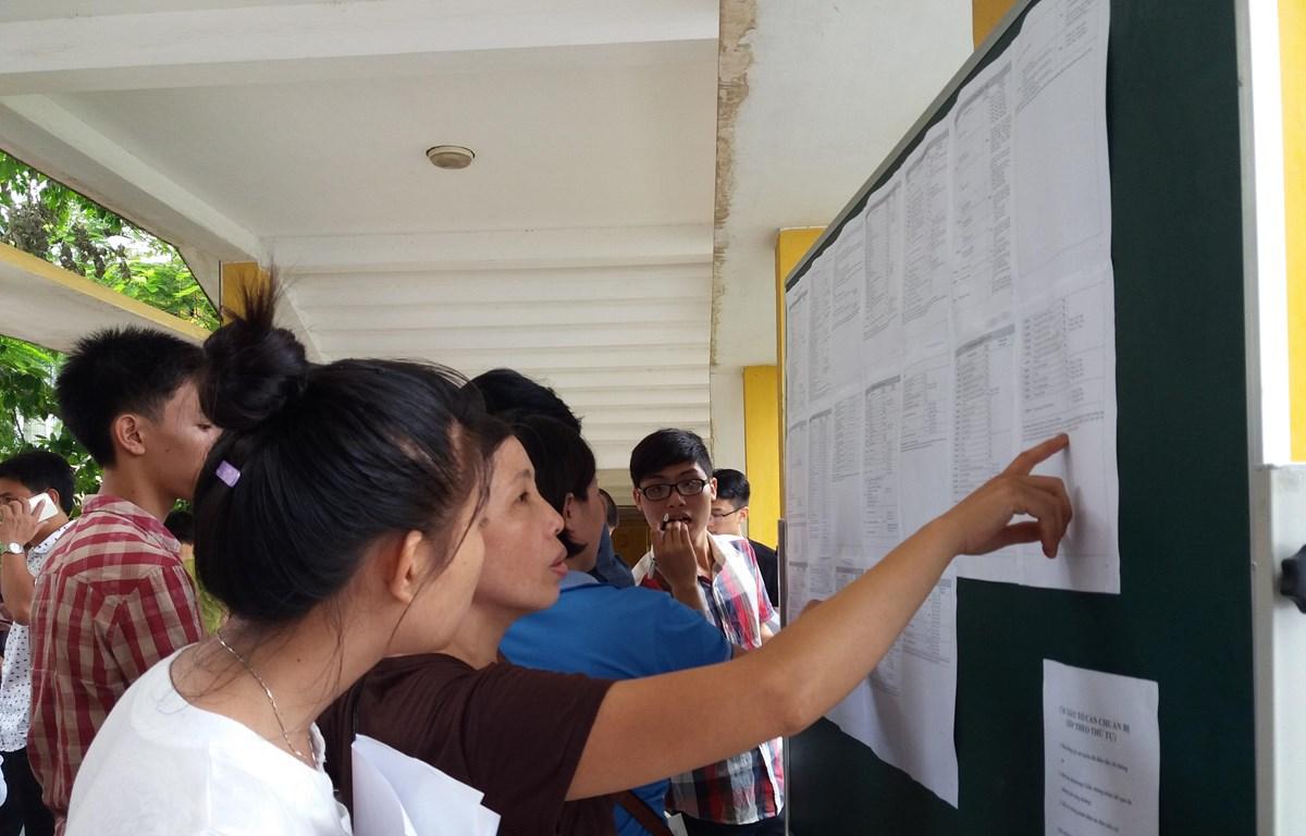 Thí sinh, phụ huynh tìm hiểu thông tin để làm hồ sơ xét tuyển đại học. (Ảnh: Phạm Mai/Vietnam+)