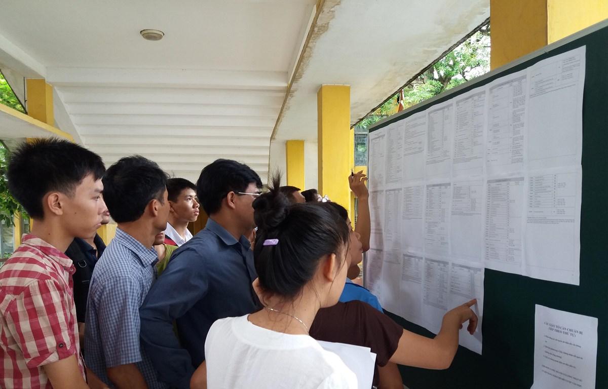 Thí sinh, phụ huynh tìm hiểu thông tin tuyển sinh đại học. (Ảnh: PV/Vietnam+)