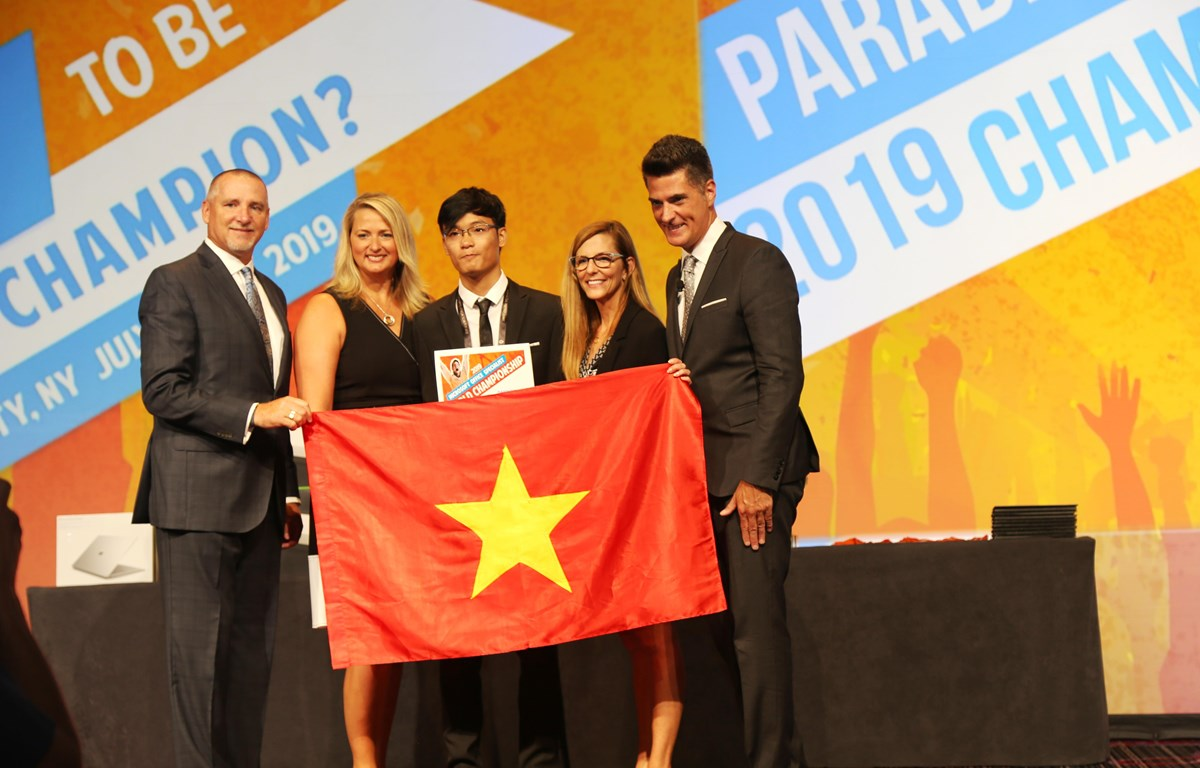 Em Trần Hoàng Anh nhận huy chương đồng của cuộc thi. (Ảnh: PV/Vietnam+)