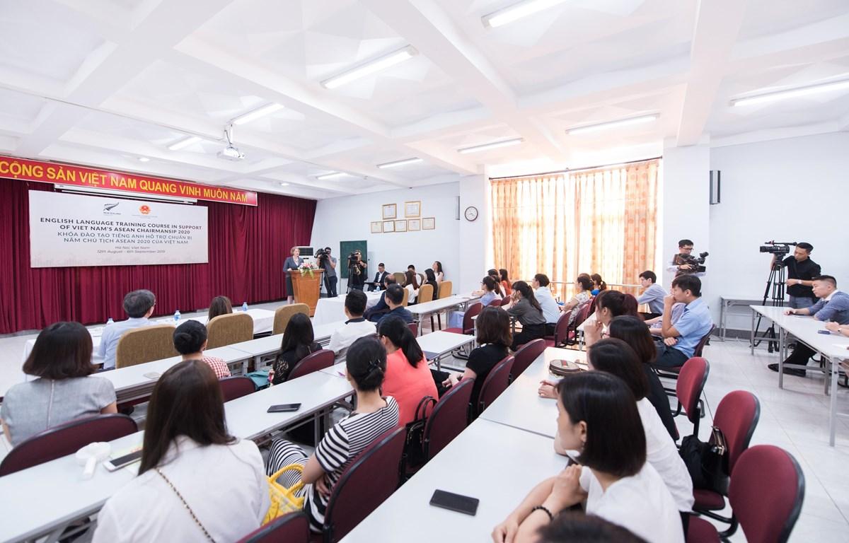Các học viên tham gia khóa đào tạo nâng cao trình độ ngoại ngữ, chuẩn bị cho Năm Chủ tịch ASEAN 2020 của Việt Nam. (Ảnh: Đại sứ quán New Zealand)