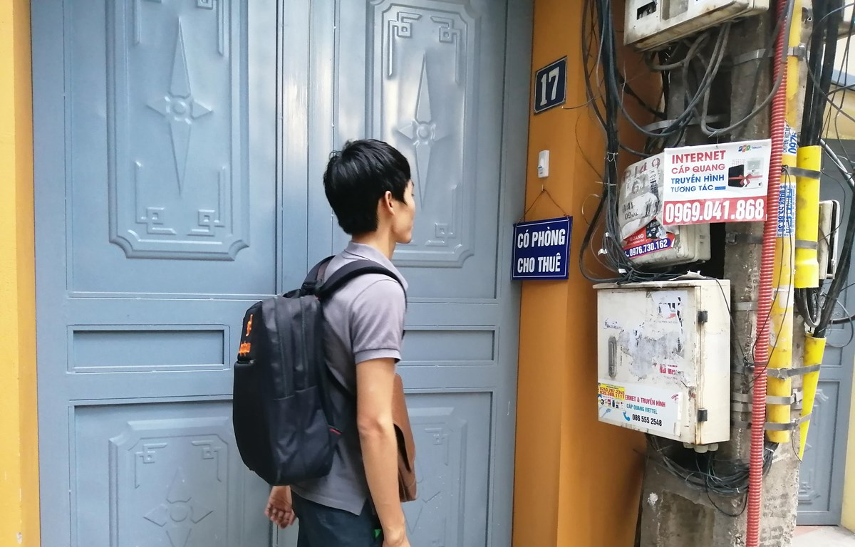 Sinh viên đi tìm nhà trọ tại khu vực Cầu Giấy. (Ảnh: Anh Thùy/Vietnam+)
