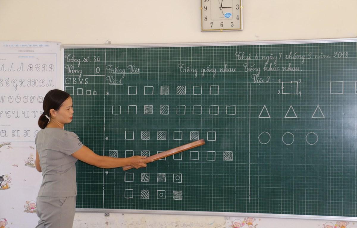 Hướng dẫn học sinh cách phân biệt tiếng theo chương trình công nghệ tại trường Tiểu học Hưng Đạo, huyện Hưng Nguyên, Nghệ An. (Ảnh: Bích Huệ /TTXVN)