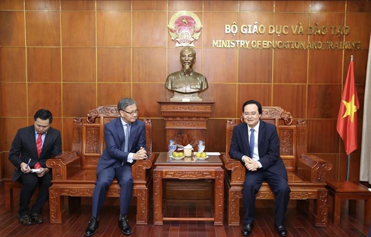 Bộ trưởng Phùng Xuân Nhạ tiếp xã giao ngài Thongsavanh Phomvihane - Đại sứ nước CHDCND Lào tại Việt Nam. (Ảnh: Bộ Giáo dục và Đào tạo)