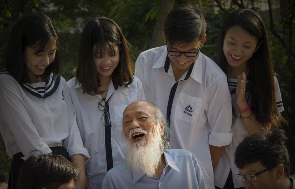 Phó giáo sư Văn Như Cương bên các học trò. (Ảnh: Trường Lương Thế Vinh)