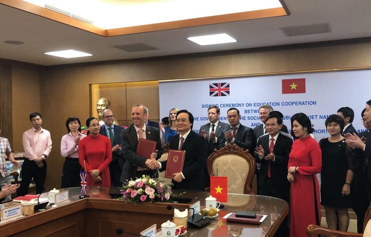 Bộ trưởng Phùng Xuân Nhạ và ông ông Ed Vaizey ký kết hợp tác. (Ảnh: Đại sứ quán Anh)