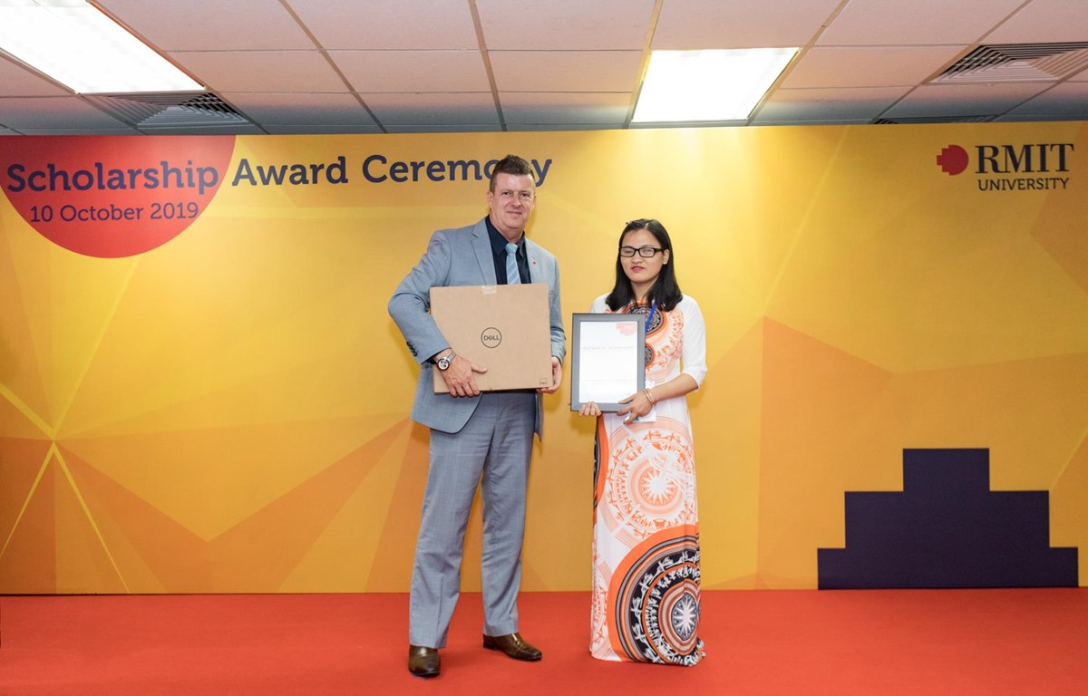Cô sinh viên khiếm thị Nghiêm Thu Loan vỡ oà trong hạnh phúc khi nhận học bổng Chắp cánh ước mơ của Đại học RMIT. (Ảnh: PV/Vietnam+)