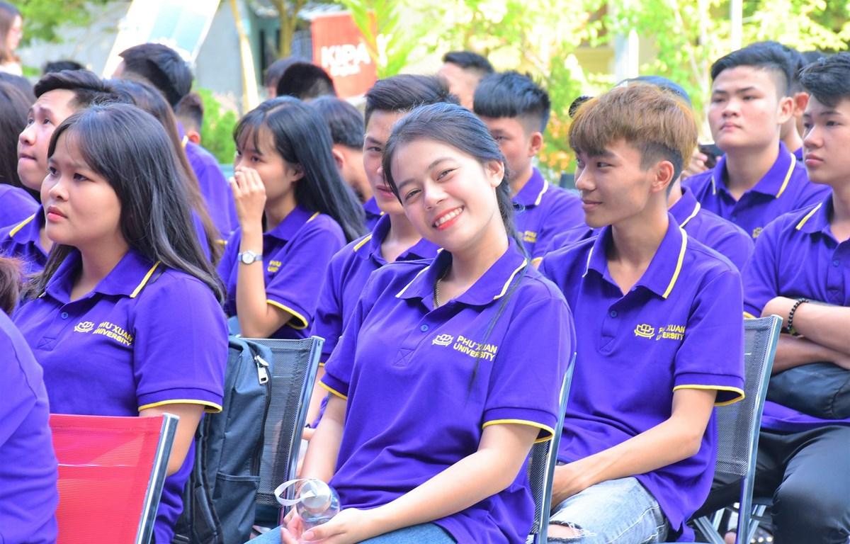 Sinh viên Đại học Phú Xuân với niềm vui được giảm học phí trong ngày khai trường. (Ảnh: PV/Vietnam+)