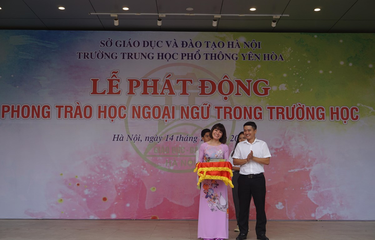 Ông Trần Trọng Hưng, Phó trưởng Ban Đề án Ngoại ngữ quốc gia 2020 tặng sách ngoại ngữ cho Trường Trung học phổ thông Yên Hòa. (Ảnh: PV/Vietnam+)