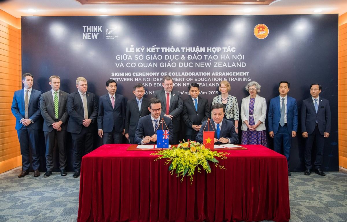 Đại diện Giáo dục New Zealand và Sở Giáo dục và Đào tạo Hà Nội ký kết thỏa thuận hợp tác giáo dục. (Ảnh: PV/Vietnam+)