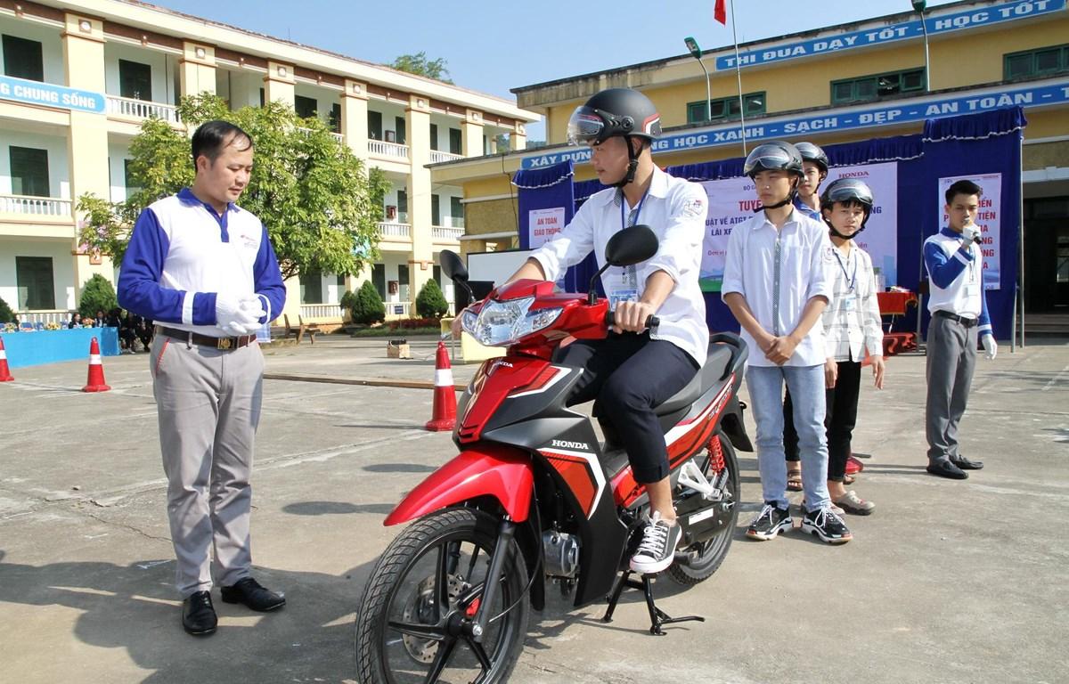 Các em học sinh được hướng dẫn kỹ năng sử dụng, lái xe an toàn. (Ảnh: PV/Vietnam+)