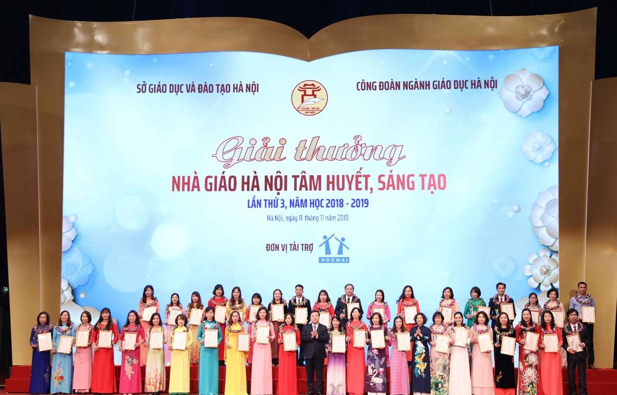 Các nhà giáo được trao giải thưởng Nhà giáo Hà Nội tâm huyết, sáng tạo. (Ảnh: Thanh Tùng/TTXVN)