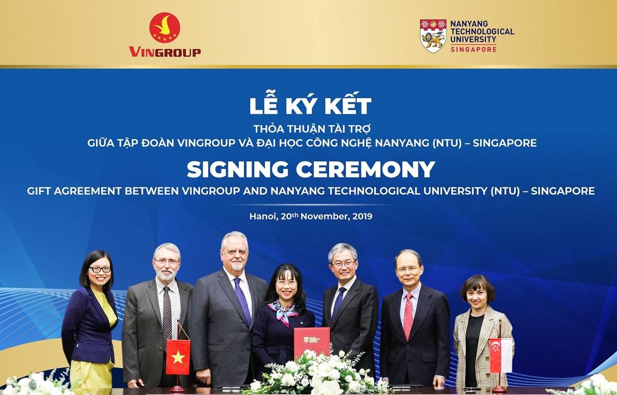 Đại diện Vingroup và Đại học Đại học Công nghệ Nanyang trao thỏa thuận tài trợ cấp học bổng cho thạc sỹ, tiến sỹ người Việt. (Ảnh: PV/Vietnam+)