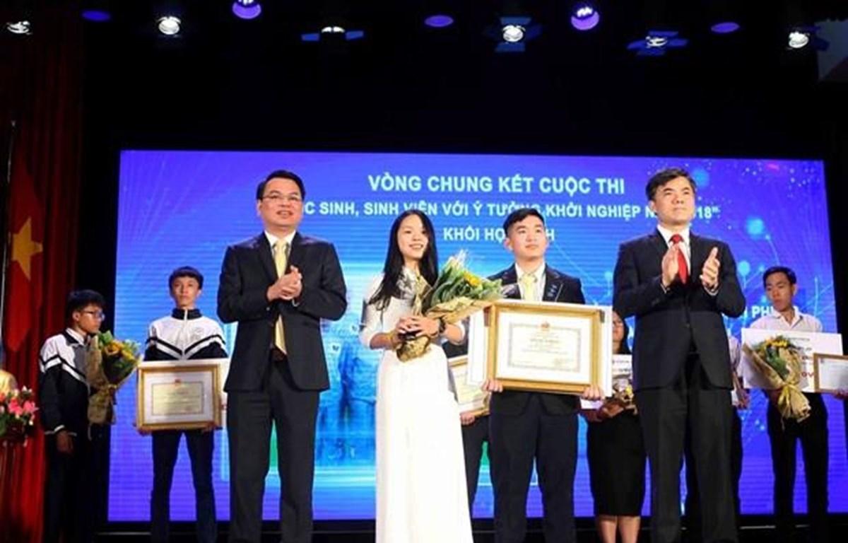 Các học sinh Trường Trung học phổ thông Phan Đình Phùng nhận giải nhất ở khối trung học phổ thông. (Ảnh: Thanh Tùng/TTXVN)