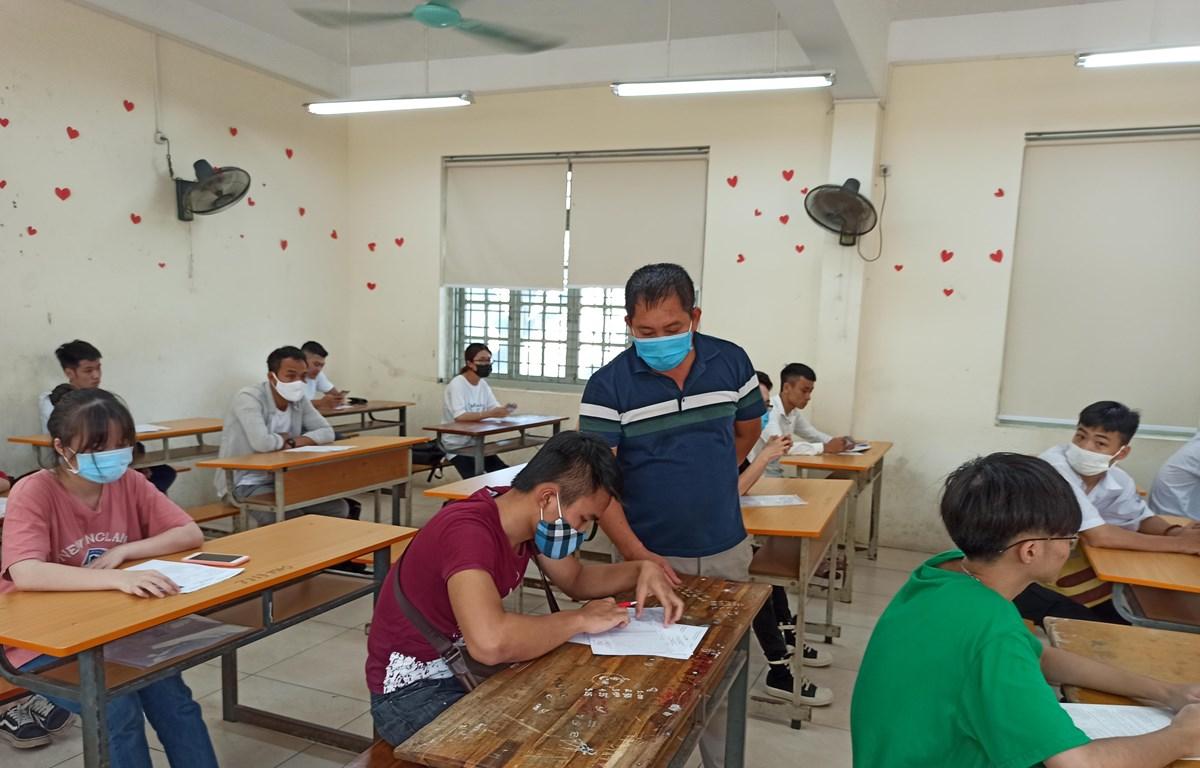Thí sinh làm thủ tục dự thi Tốt nghiệp Trung học phổ thông. (Ảnh: Phạm Mai/Vietnam+)