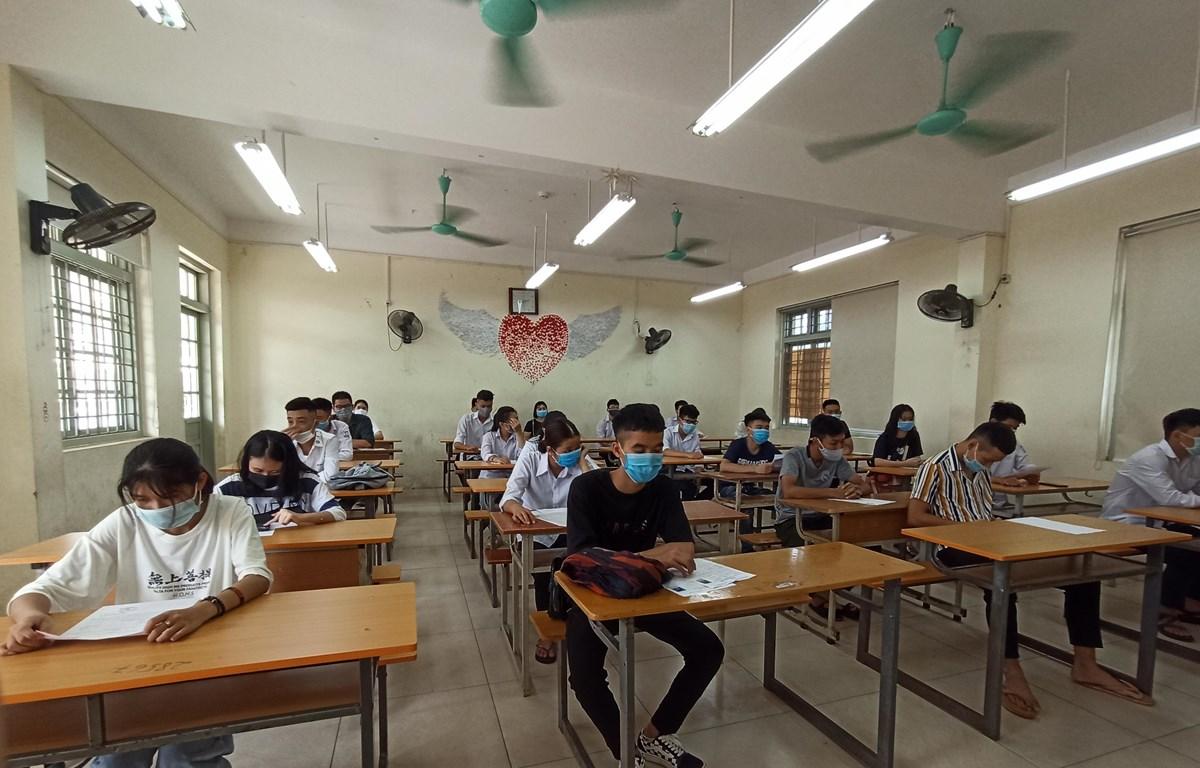 Thí sinh làm thủ tục dự thi Tốt nghiệp Trung học phổ thông. (Ảnh: PV/Vietnam+)