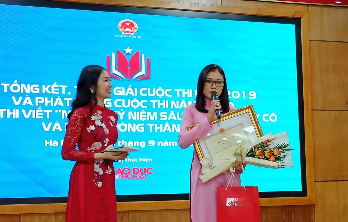 Tác giả đoạt giải nhất chia sẻ cảm xúc khi nhận giải. (Ảnh: Phạm Mai/Vietnam+)
