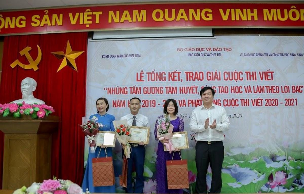 Ban tổ chức trao giải ba cho các tác giả. (Ảnh: PV/Vietnam+)