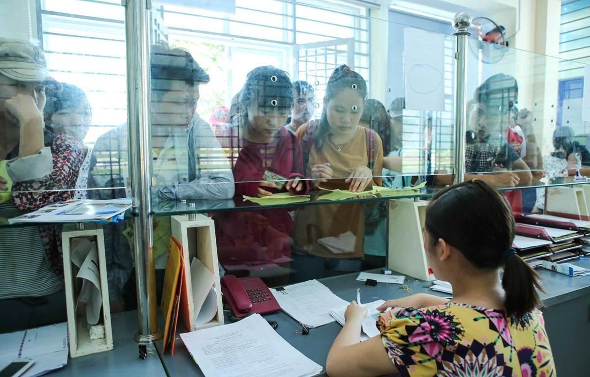 Thí sinh nộp hồ sơ xét tuyển đại học. (Ảnh: Minh Sơn/Vietnam+)