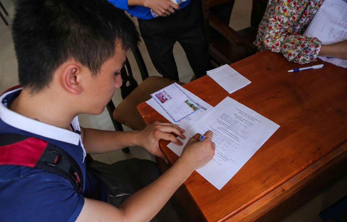 Thí sinh điều chỉnh nguyện vọng xét tuyển đại học. (Ảnh: Minh Sơn/Vietnam+)