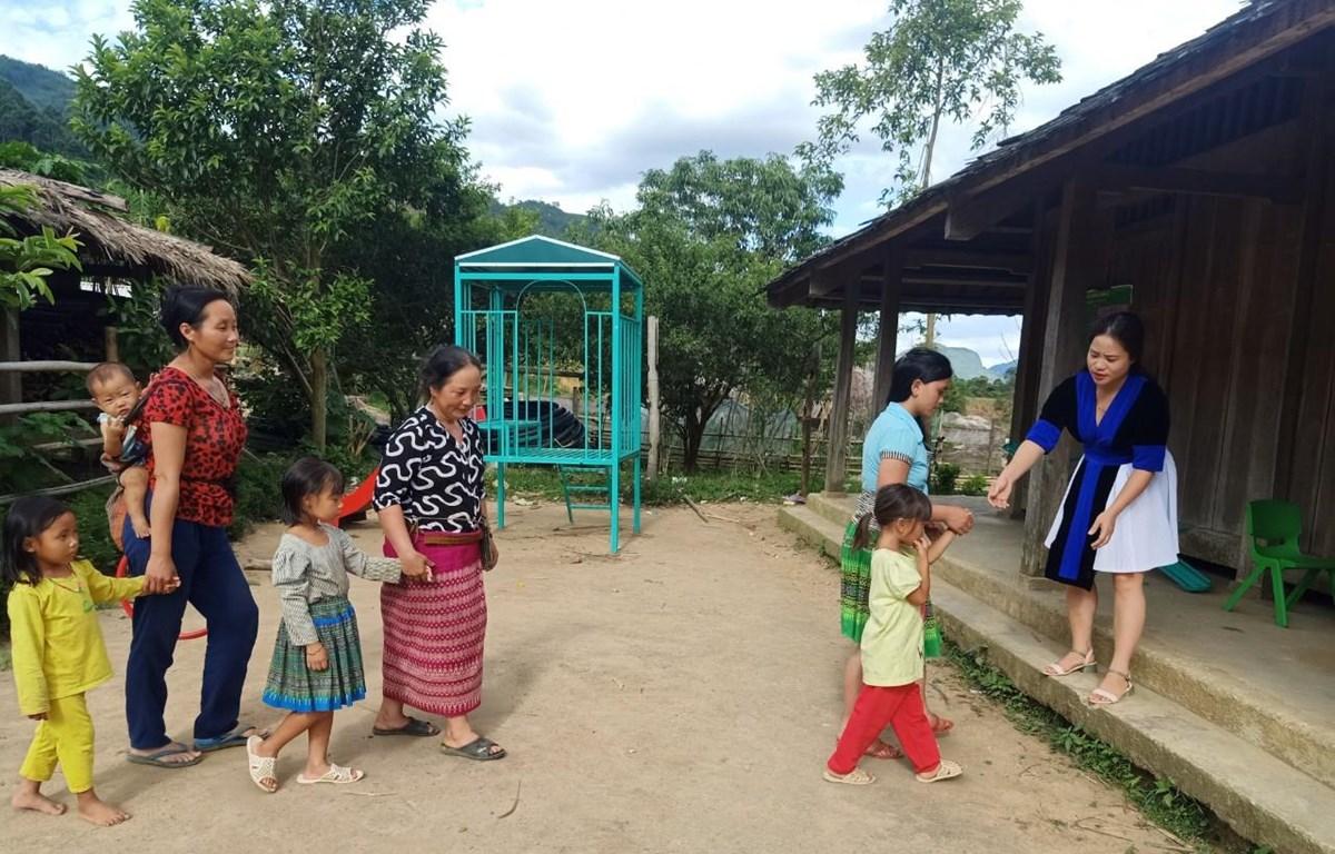 Niềm vui của cô Sung Thị Tông là mỗi ngày trẻ được đón các em đến lớp. (Ảnh: PV/Vietnam+)
