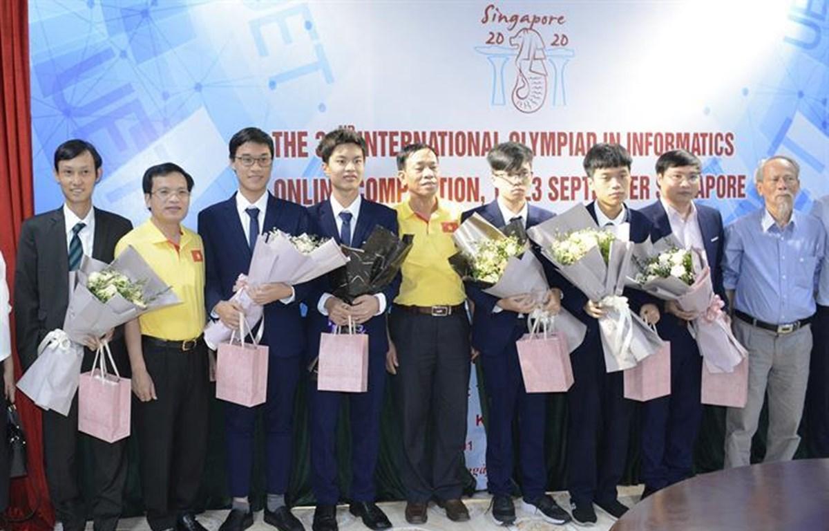 Bộ Giáo dục và Đào tạo chúc mừng các thành viên đội tuyển. (Ảnh: PV)