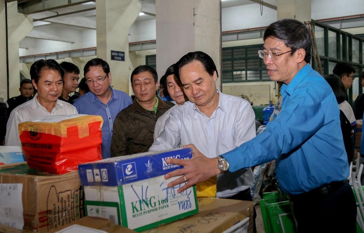 Bộ trưởng Phùng Xuân Nhạ (thứ hai từ phải sang) tham gia hỗ trợ vận chuyển hàng đến học sinh miền Trung. (Ảnh: PV)