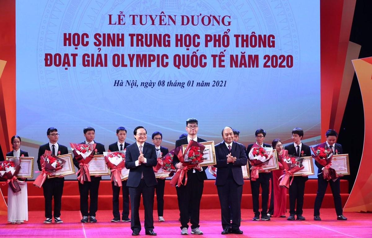 Thủ tướng Nguyễn Xuân Phúc và Bộ trưởng Bộ Giáo dục và Đào tạo Phùng Xuân Nhạ khen thưởng các học sinh. (Ảnh: PV)