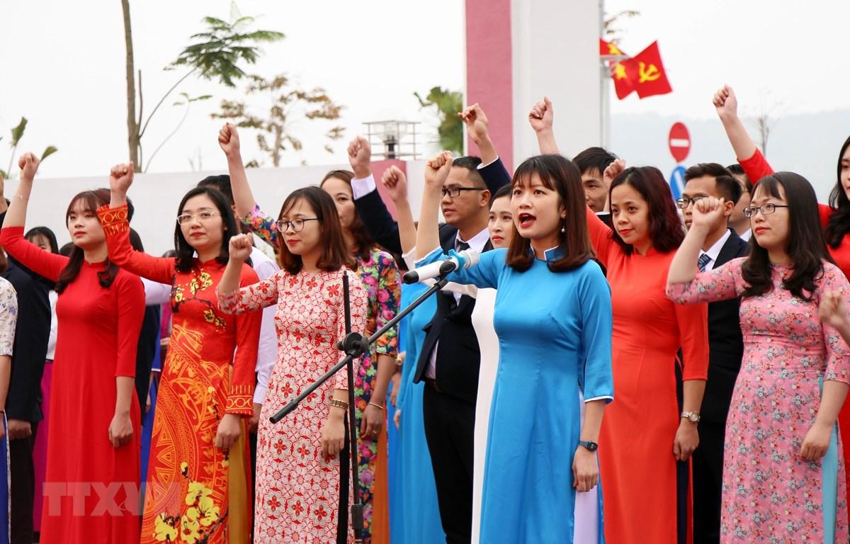 Các đảng viên mới tuyên thệ trước cờ. (Ảnh chỉ có tính minh họa. Nguồn: Văn Đức/TTXVN)