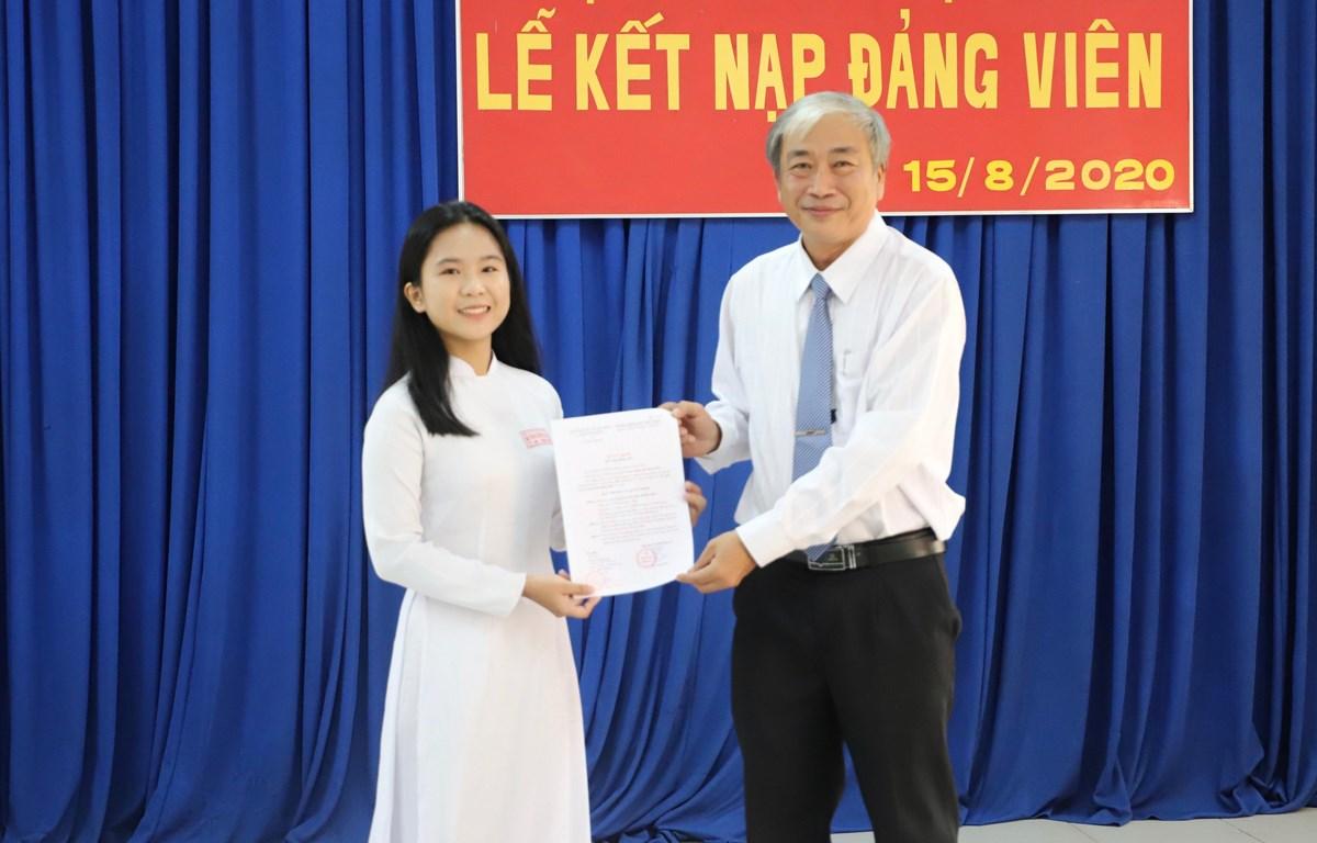 Trao quyết định kết nạp Đảng cho đảng viên trẻ. (Ảnh minh họa: Hồng Giang/TTXVN)