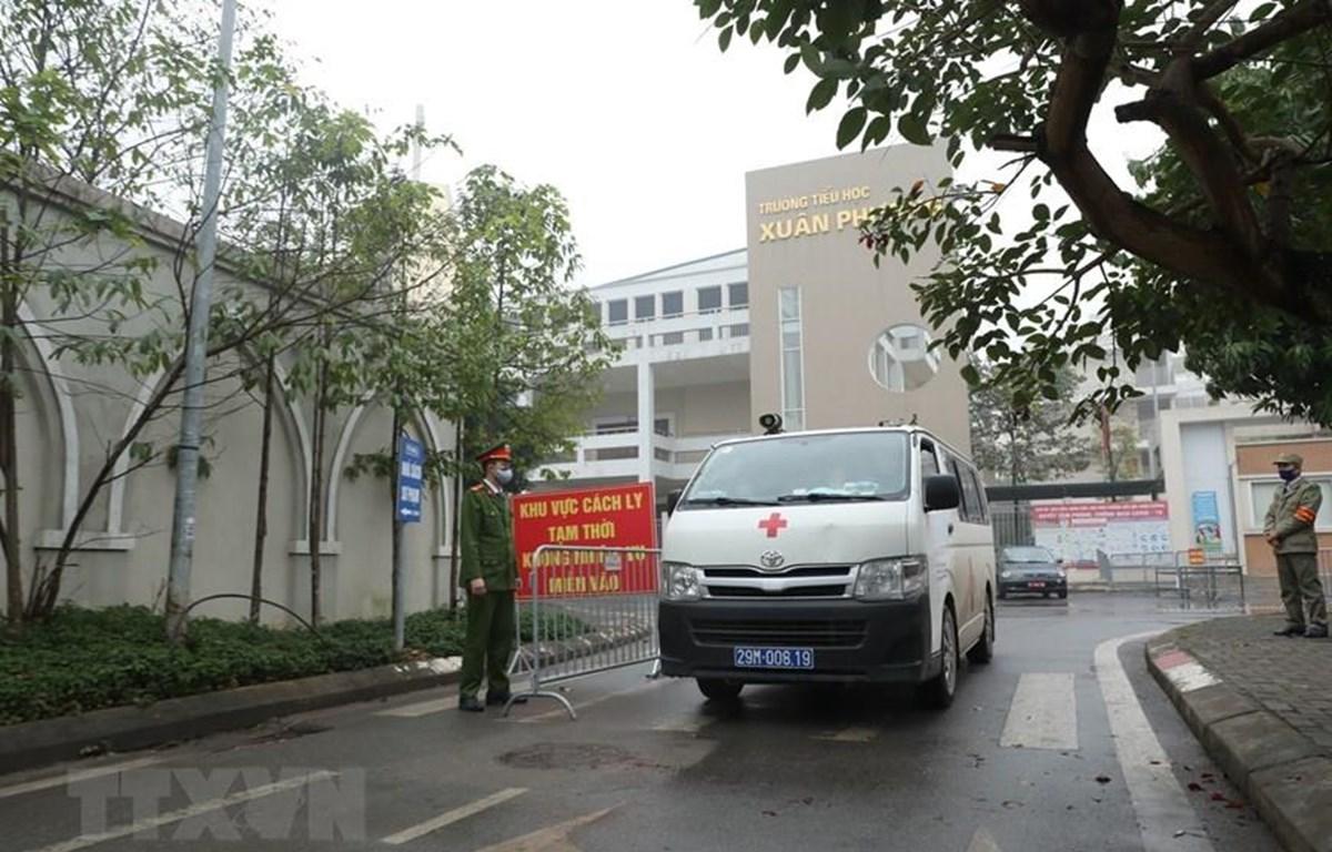Lực lượng chức năng lập chốt cách ly tại Trường Tiểu học Xuân Phương. (Ảnh: Minh Quyết/TTXVN)