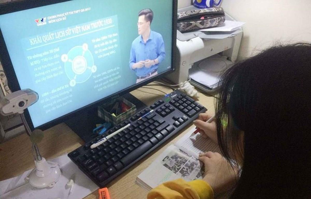 Học sinh học trực tuyến để phòng dịch COVID-19. (Ảnh: TTXVN)