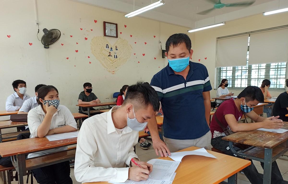 Thí sinh và giám thị phải đeo khẩu trang phòng dịch trong kỳ thi Tốt nghiệp Trung học phổ thông 2020. (Ảnh: Phạm Mai/Vietnam+)