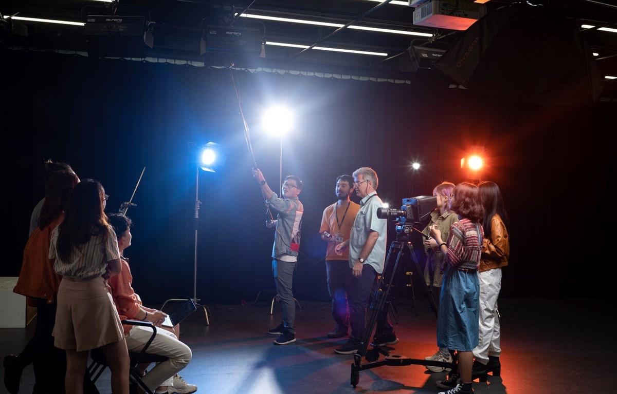 Các em học sinh được hướng dẫn làm phim khi tham gia cuộc thi. (Ảnh: RMIT)