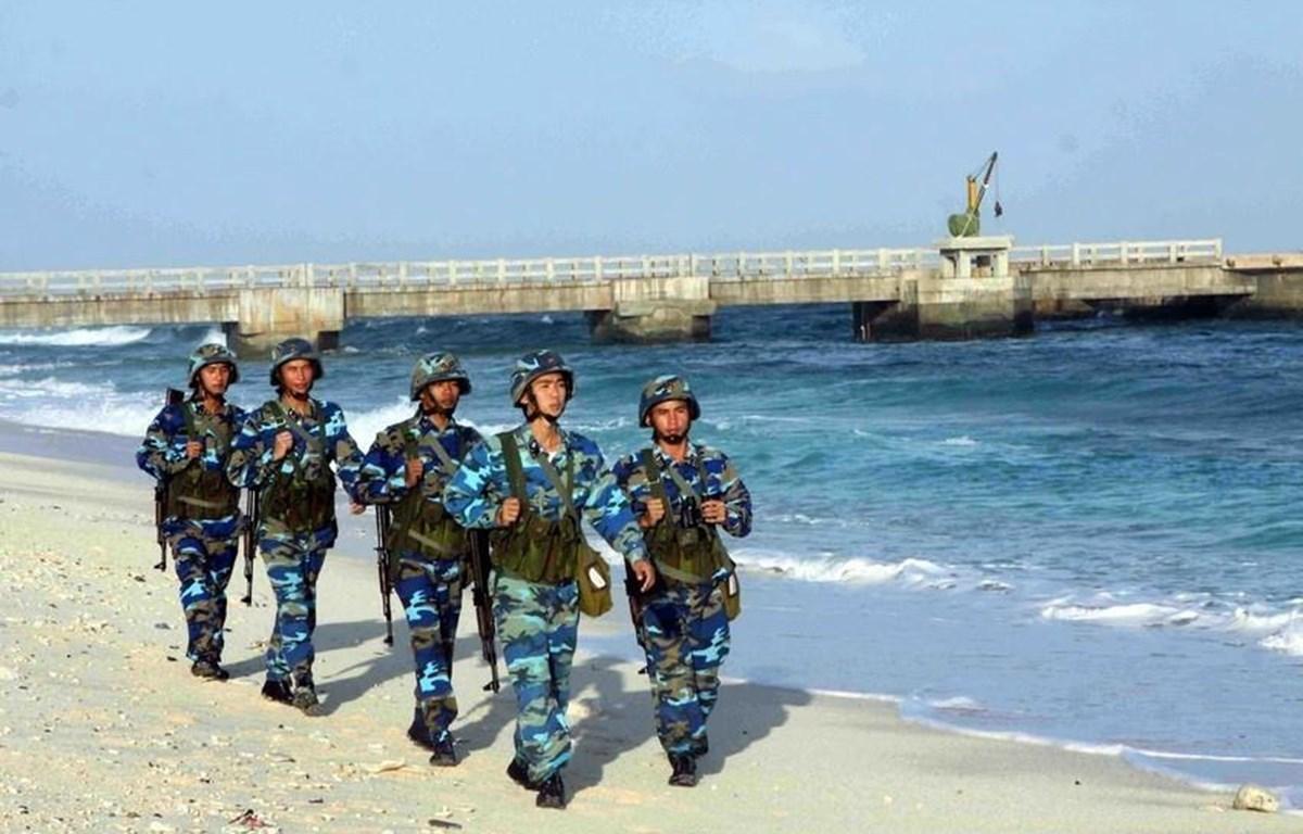 Lực lượng thanh niên phát huy tinh thần dân tộc vào công tác bảo vệ chủ quyền biển đảo nước nhà. Trong ảnh: Cán bộ, chiến sỹ tuần tra trên đảo Trường Sa. (Ảnh: Minh Đức – TTXVN)