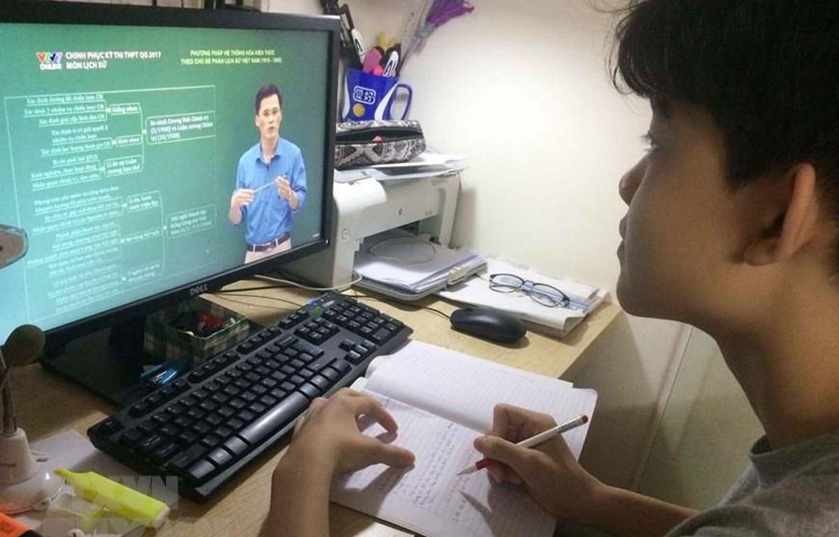 Học sinh học trực tuyến phòng dịch COVID-19. (Ảnh: TTXVN)
