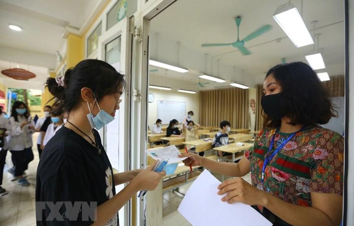 Thí sinh Hà Nội dự thi vào lớp 10 môn Toán. (Ảnh: Hoàng Hiếu/TTXVN)