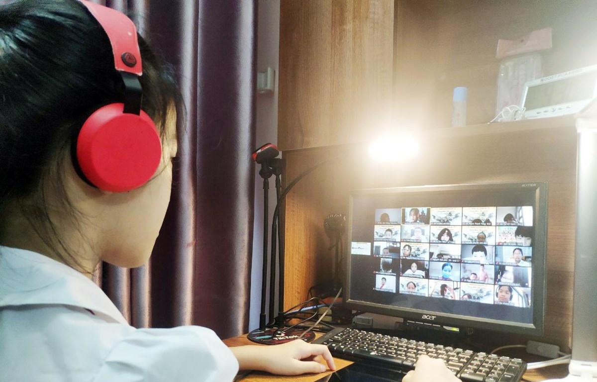 Do tác động của dịch COVID-19, học sinh ở nhiều tỉnh thành trên cả nước phải học trực tuyến. Trong ảnh là một tiết học của lớp 6A2, trường THCS Hoàng Mai, quận Hoàng Mai, Hà Nội. (Ảnh: PV/Vietnam+)