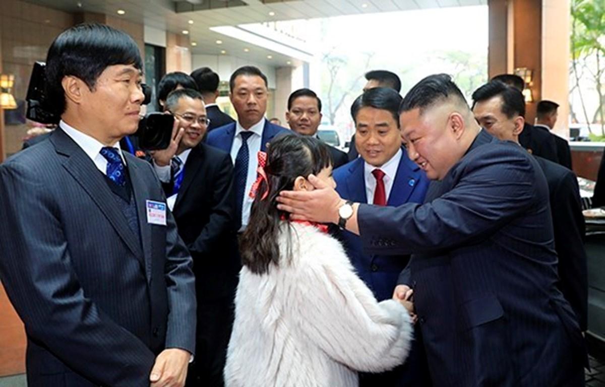 Chủ tịch Ủy ban Nhân dân Hà Nội Nguyễn Đức Chung đón Chủ tịch Triều Tiên Kim Jong-un tại khách sạn Melia (Nguồn: TTXVN)