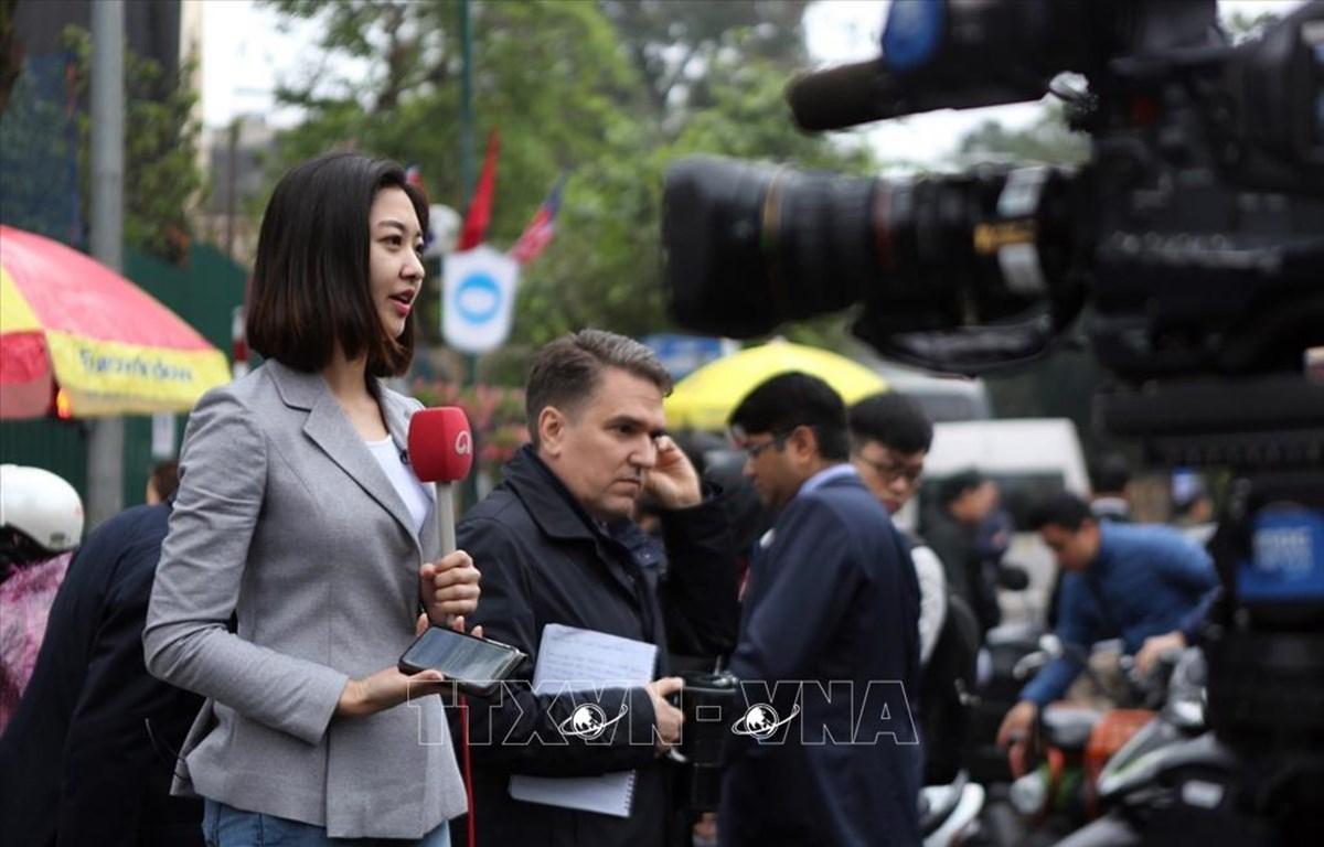 Các phóng viên tác nghiệp tại ngã tư Quang Trung-Lý Thường Kiệt, gần khách sạn Melia.