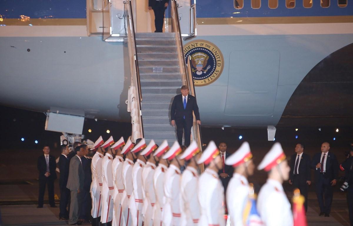 Ông Donald Trump bước xuống chiếc Air Force One sau khi máy đáp xuống Nội bài (Ảnh: Vietnam+)