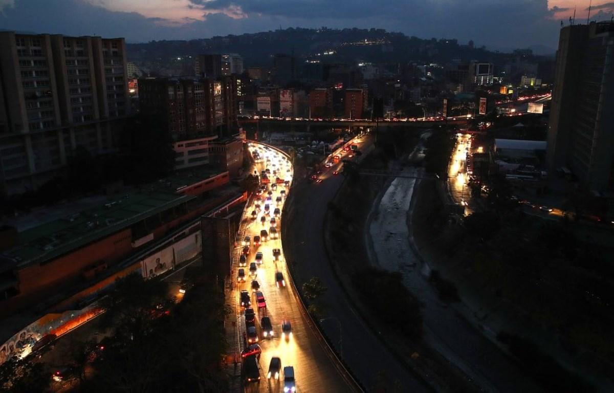 Tình trạng mất điện trên diện rộng đã kéo theo nhiều hệ lụy nguy hiểm tại Venezuela (Nguồn: AFP)