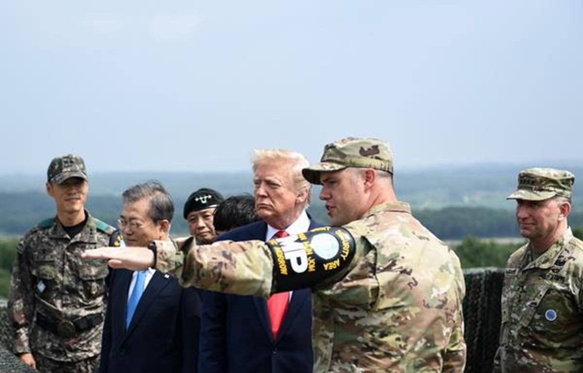 Tổng thống Mỹ Donald Trump (thứ 3, phải) và Tổng thống Hàn Quốc Moon Jae-in (thứ 2, trái) thị sát trạm quan sát Quellette tại Khu phi quân sự (DMZ) ở biên giới liên Triều ngày 30/6/2019. ( Ảnh: AFP/TTXVN)